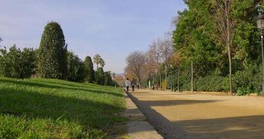 Barcellona giornata di sole parco a piedi vicolo 4K spagna video