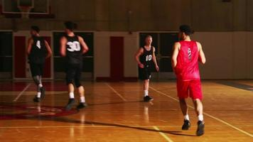 Ein Basketballspieler macht während eines Spiels einen Korb