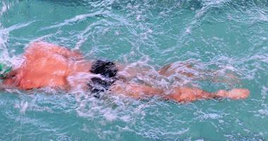 nuotatore in forma facendo colpo frontale in piscina