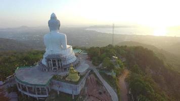 vue aérienne l'embellissement du grand bouddha dans l'île de phuket. video