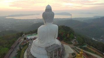 vista aerea abbellire il grande buddha nell'isola di phuket.