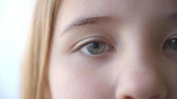 primo piano di apertura degli occhi della ragazza e cambiando in sorrisi