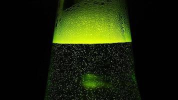 Nahaufnahme: ein grüner Flaschenhals mit vielen Blasen video