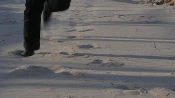 persona che corre attraverso sabbia e sporcizia video