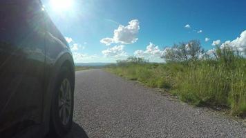vue des pneus le long de la route avec soleil