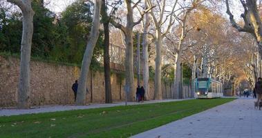 barcelona day time park línea de tranvía 4k españa