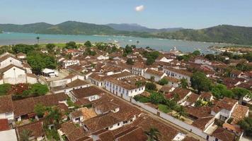 bella ripresa aerea di una città coloniale situata nello stato di rio do janeiro in brasile