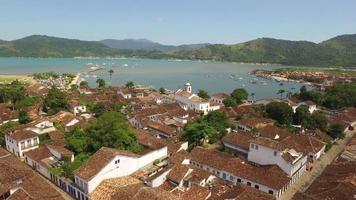 Schuss mit Drohnenluft in der Stadt Paraty in Rio de Janeiro gemacht