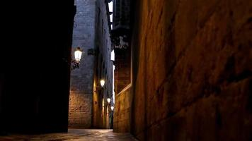 strada nel quartiere gotico di barcellona di notte, dolly