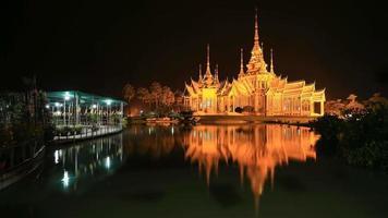 4k time-lapse del tempio di wat luang pho toh con riflesso dell'acqua in tempo crepuscolare nella provincia di nakhon ratchasima, thailandia (l'accesso pubblico a chiunque)
