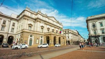 Italie Milan ville célèbre jour d'été musée la scala théâtre rue panorama 4k time-lapse