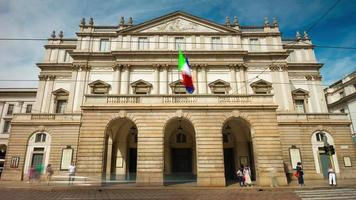 italia summer day milano città famoso la scala opera teatro anteriore panorama 4k lasso di tempo