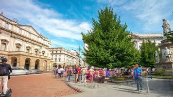 italia summer day milano centro famoso la scala opera teatro panorama 4k lasso di tempo