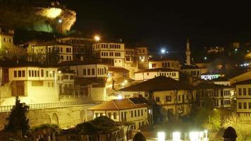timelapse notturno, tradizionale villaggio anatolico ottomano, safranbolu, turchia, zoom indietro