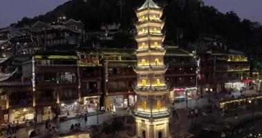 vista notturna del centro storico della città di fenghuang, Cina