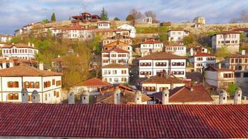 dag timelapse, traditioneel Ottomaans Anatolisch dorp, Safranbolu, Turkije, uitzoomen