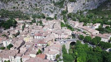 Francia, alpes-de-haute-provence, vista aérea de moustiers-sainte-marie