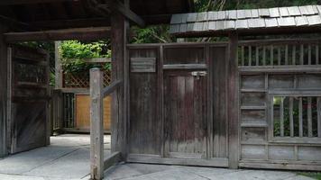 portão de entrada para um jardim japonês video
