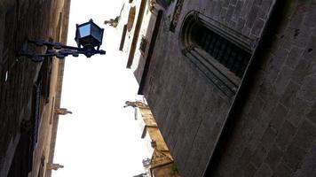 basso angolo di ripresa di una cattedrale cattolica nel quartiere gotico di barcellona