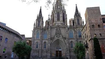 la cattedrale della santa croce e santa eulalia nel quartiere gotico di barcellona