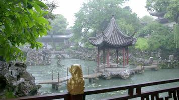 bescheidener Administratorgarten in Suzhou, China. Regentag