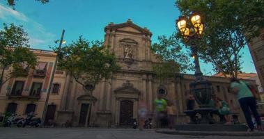 monumentos de viaje de barcelona al atardecer. Fachada del teatro en Barcelona, España video