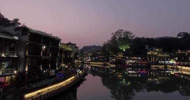 antica città di fenghuang di notte