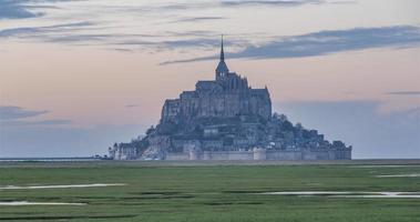 mont saint-michel, frança - timelapse - mont do dia à noite video