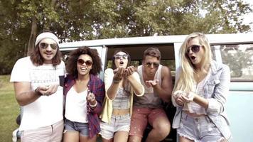 hipsters soplando confeti