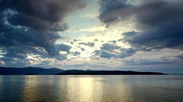 îles de la Colombie-Britannique, vue sur l'océan, réflexion de la lumière du coucher du soleil sur l'eau