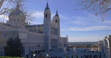 Spagna giornata di sole madrid città vista panoramica cattedrale di almudena 4K