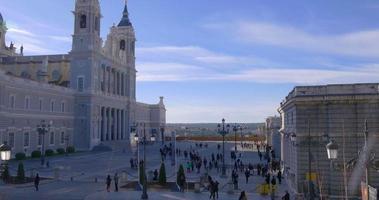 spagna giorno tempo palazzo reale di madrid e piazza della cattedrale di almudena 4k
