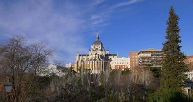 España Madrid día soleado panorama de la catedral de la almudena 4k video