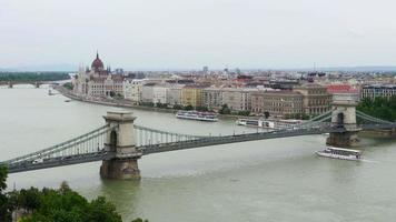 vista de budapeste com edifício do parlamento e rio Danúbio video