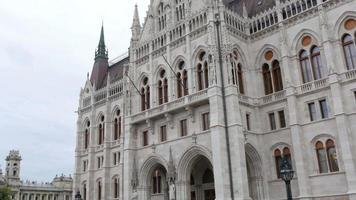 vista di budapest con il palazzo del parlamento e il fiume danubio