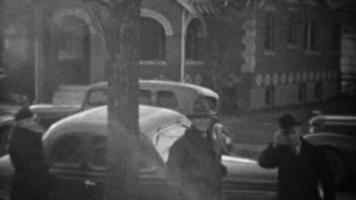 1939: novo carro clássico de estilo cupê de 2 portas dirigindo rua residencial.