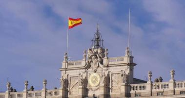 Spanien Madrid Sonnenlicht Royal Palace Top Flagge weht 4k