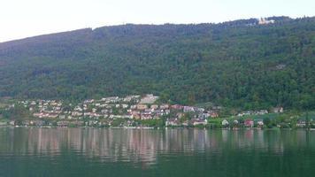 Vue sur le lac suisse sur la montagne des Alpes, Suisse video
