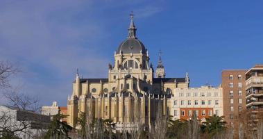 Spagna giornata di sole cielo blu madrid almudena cattedrale panorama 4K