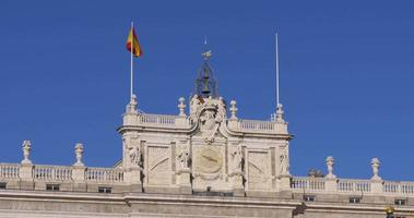 españa día soleado madrid palacio real superior renunciando bandera 4k video
