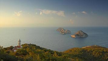 vista da maneira lycian para o mar Mediterrâneo, ilhas e farol. espaço de tempo