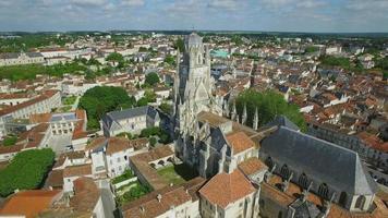 frankrike, charente-maritime, saintes, flygfoto över st. pierre domkyrka video