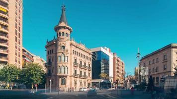 Spagna giornata di sole tarragona città traffico incrocio 4k lasso di tempo