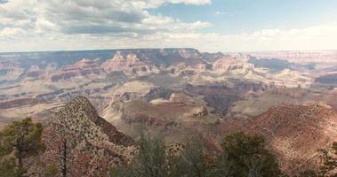 lapso de tempo de nuvens voando sobre o Grand Canyon no verão, arizona, EUA