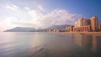 Spagna bella giornata luce calpe panorama della montagna 4k lasso di tempo video