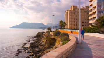 Spagna calpe città turistica giorno luce a piedi baia 4k lasso di tempo video
