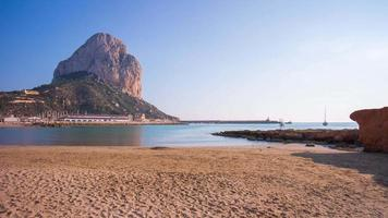 Spanien Calpe sonniger Tag Strand Berg Panorama 4k Zeitraffer