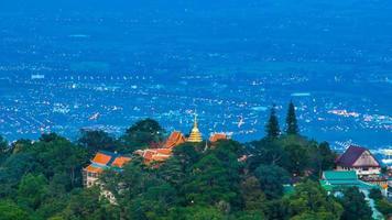 time-lapse wat phra that doi suthep op de berg van chiang mai, thailand (uitzoomen)