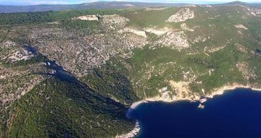 veduta aerea della bellissima spiaggia di st. giovanni sull'isola di cres, croazia video