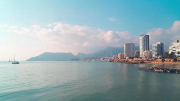 España mediterráneo mar panorama de la ciudad de calpe 4k lapso de tiempo
